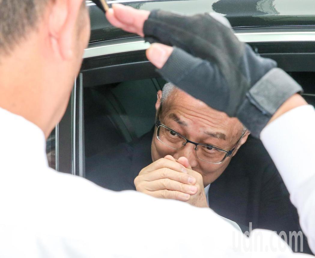 國民黨主席吳敦義今天出席會員大會,臨走前有會員向他敬禮致意。記者鄭清元/攝影