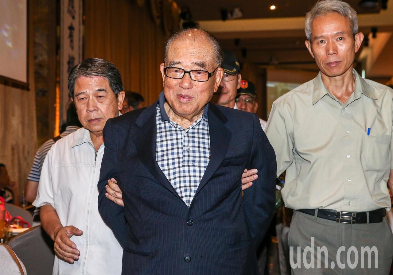 行政院前院長郝柏村(中)出席會員大會。記者鄭清元/攝影