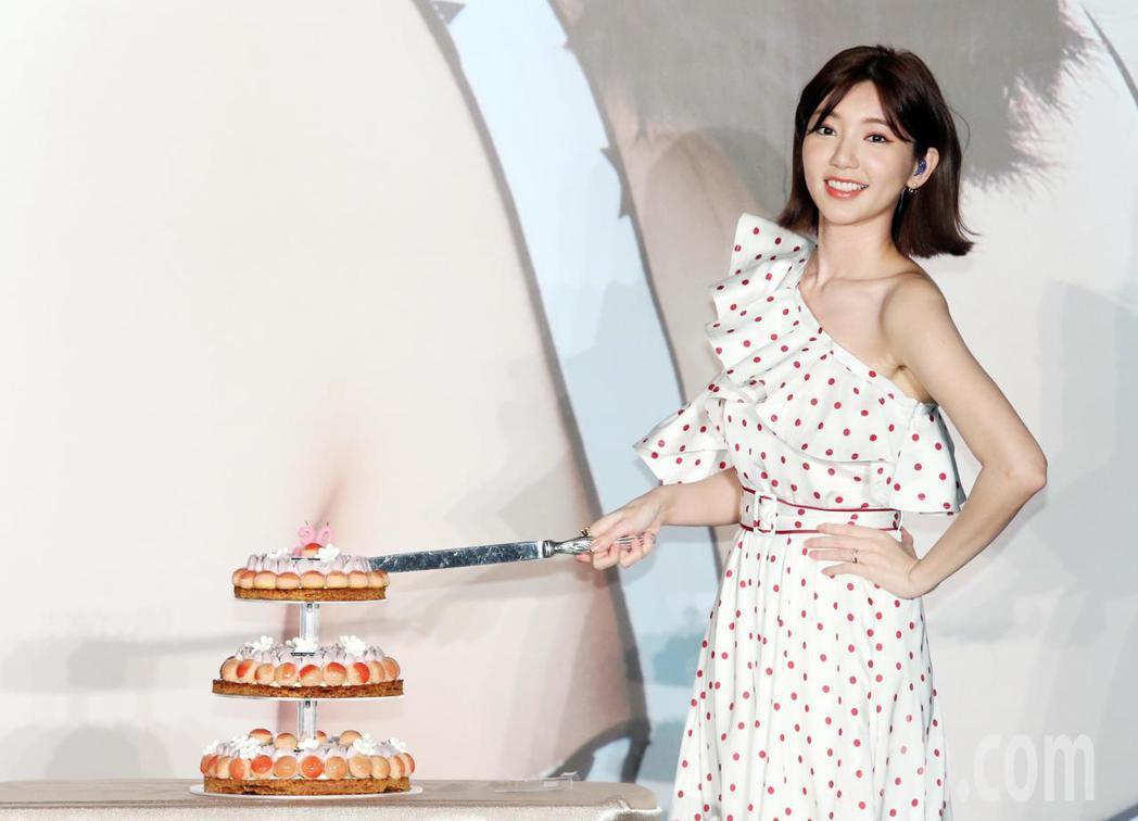 郭雪芙切蛋糕與粉絲一起慶生。記者徐兆玄/攝影