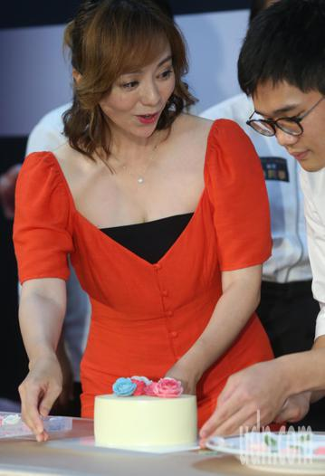 開民宿也是烘焙達人的藝人季芹今天出席公益活動「將才學堂」烘焙錦標賽,向選手們示範蛋糕裝飾技巧,與他們親切互動。