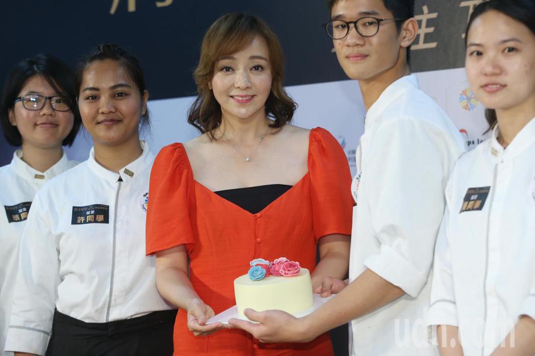 藝人季芹出席公益「將才學堂」烘焙錦標賽公益活動,向學員示範蛋糕裝飾技巧。記者林俊