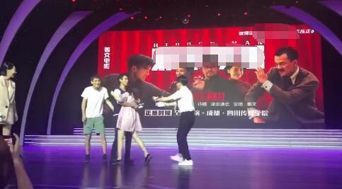 彭于晏宣傳新片時,遭女粉飛撲強抱。圖/摘自微博