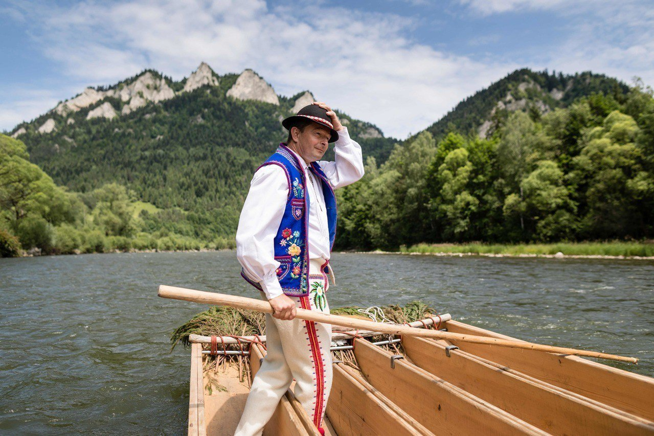 波蘭河流嚮導米格代爾7日在南部皮耶尼內國家公園內,划著木筏穿越杜納耶茨河的景色。...