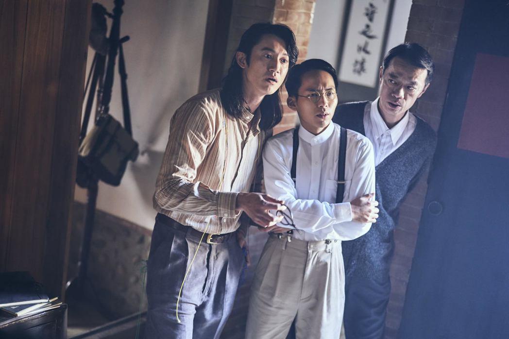 吳慷仁(左起)、巫建和、吳朋奉演出「憤怒的菩薩」。圖/公視提供