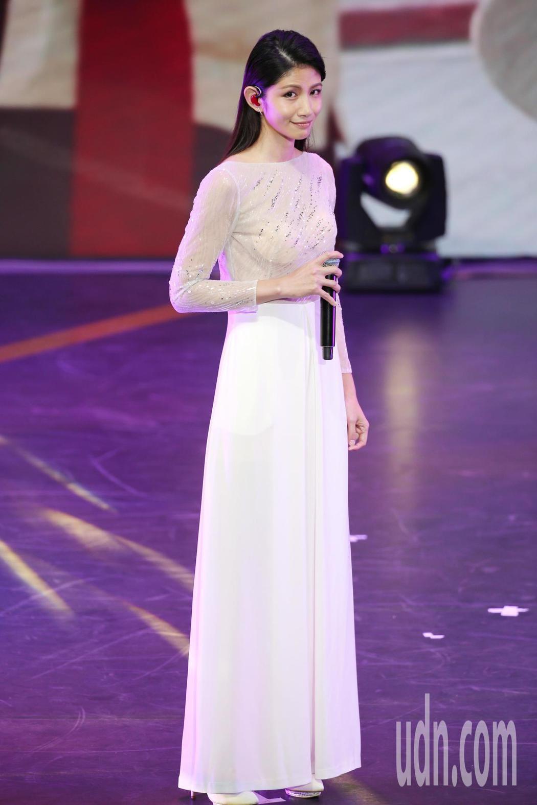 公共電視在國父紀念館舉辦「公視20 感謝有你」台慶晚會,李千娜演唱《不曾回來過》...