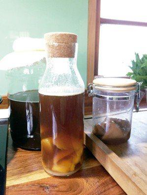 利用第一次的菌湯製作水果風味飲。 圖╱朱慧芳
