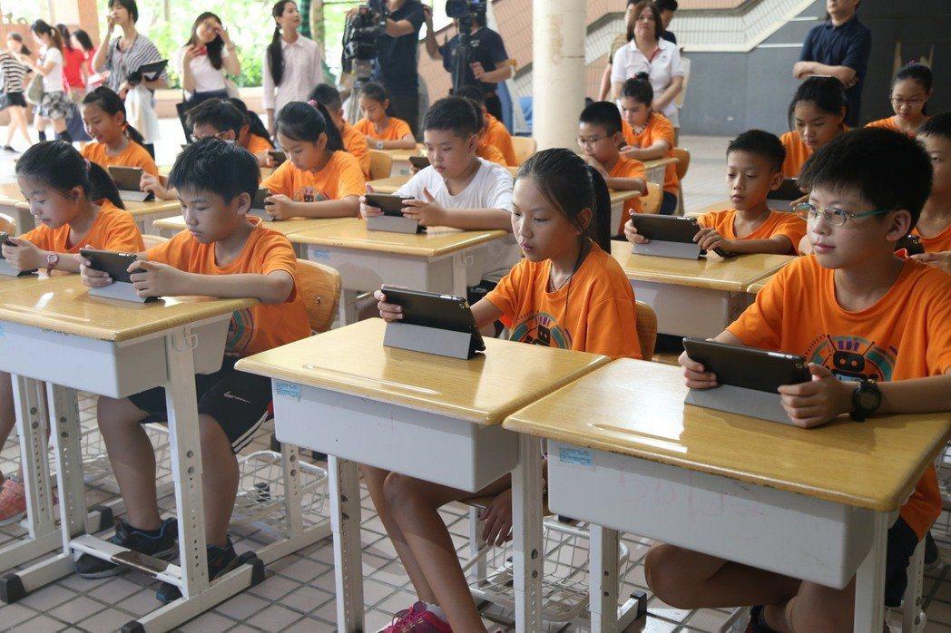 台北市長柯文哲上任後,力推E化行動學習。圖/聯合報系資料照片