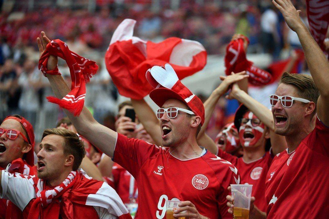 丹麥是支「守重於攻」的球隊,克羅埃西亞或許較占優勢。圖為丹麥球迷。 (中新社)