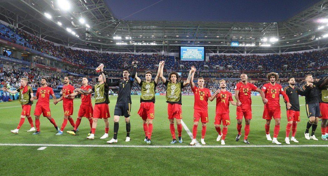 比利時晉級16強,球員在賽後向球迷致意。 新華社