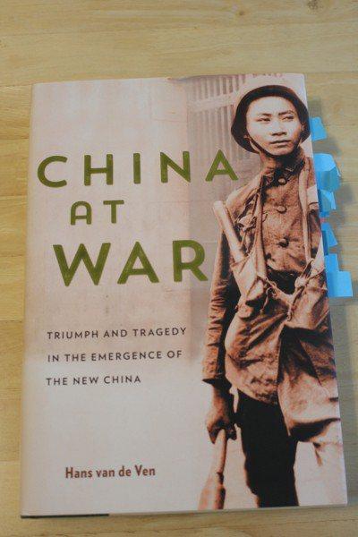 漢學家方德萬撰寫的「戰爭中的中國」,書中史料大量引用「巨流河」。 記者陳宛茜/翻...