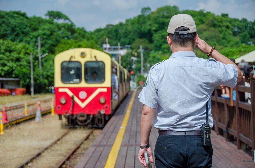 走過百年風華,阿里山森林鐵路是台灣唯一仍在營運的高山林業鐵路,營運目標由運材轉變...