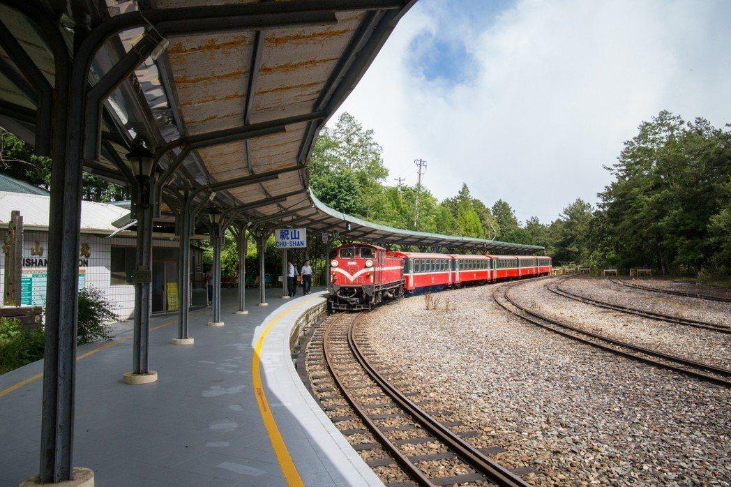 祝山站保留全台少見的弧線型月台。 記者謝恩得/攝影