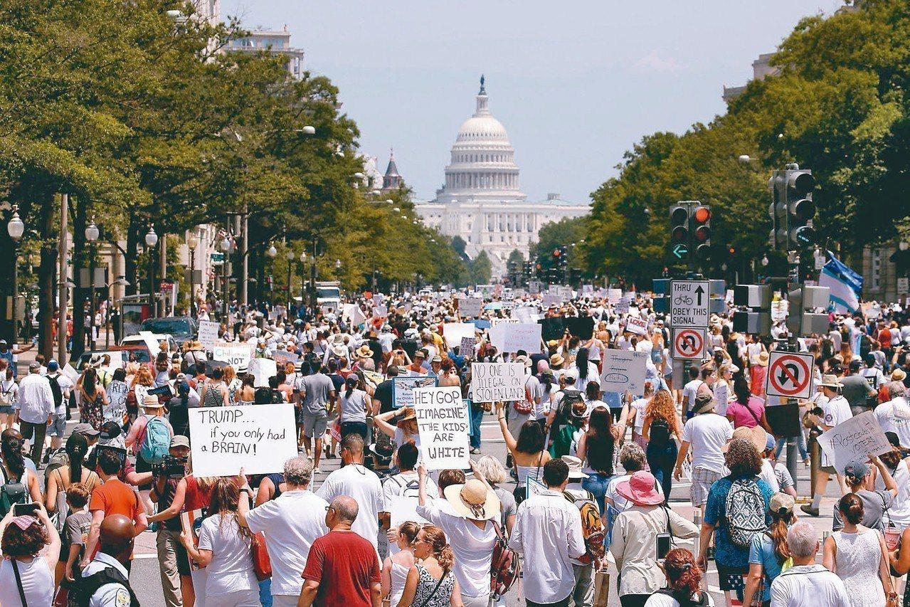 成千上萬的示威群眾30日遊行至白宮前方的拉法耶廣場,高呼「家人應該在一起」口號,...