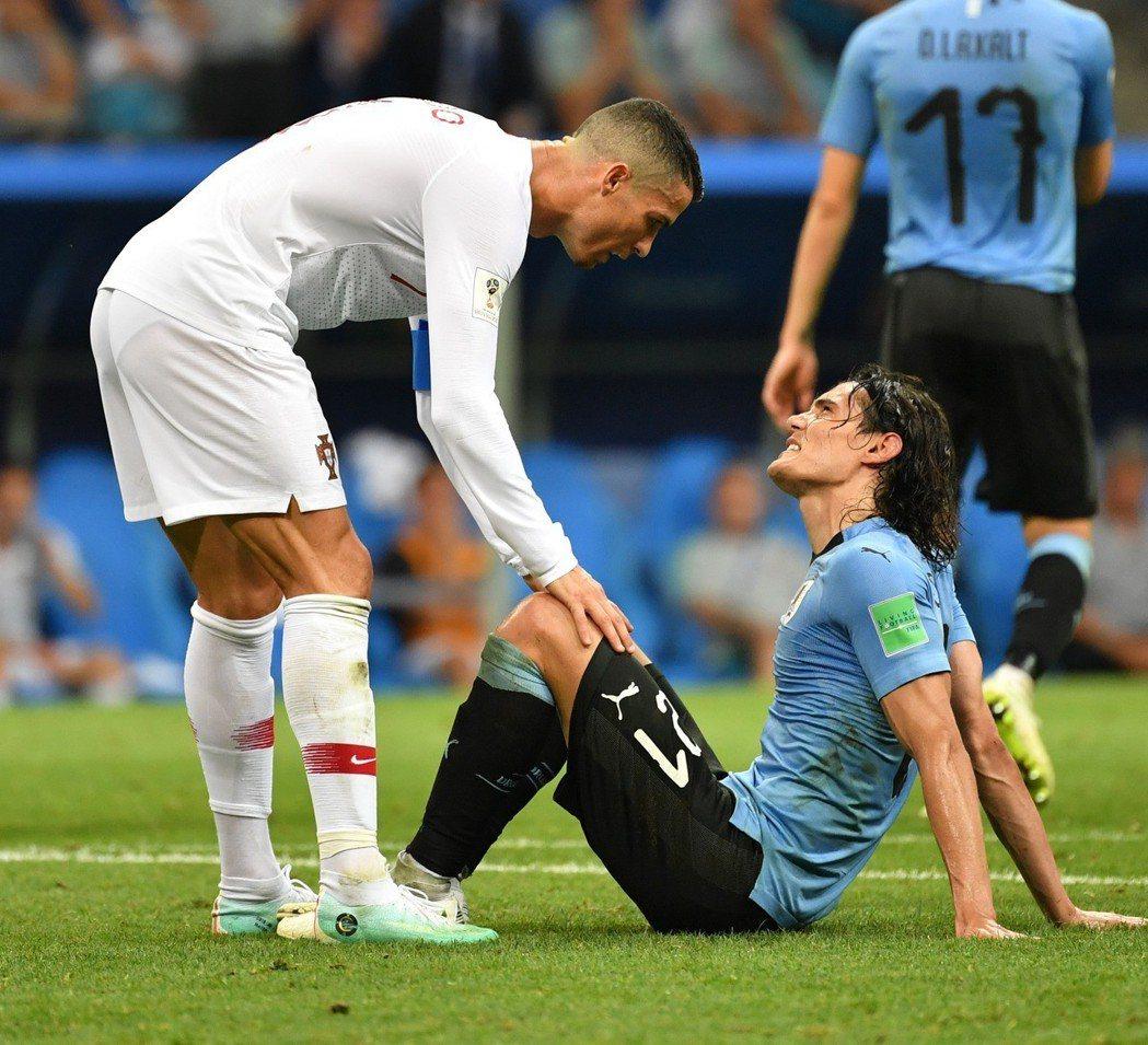 烏拉圭卡巴尼受傷時,C羅主動問候。 新華社