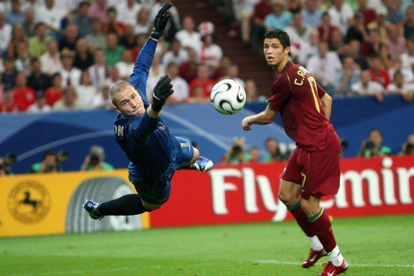 C羅(右)在2006世界盃初試啼聲時也是一臉稚嫩,但英雄總是出少年,大賽的啟發讓...