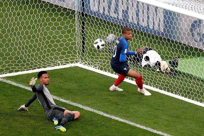 姆巴佩(右)在法國首戰對秘魯時就以高超的球技率先踢進致勝球,也成為法國隊史上在國...