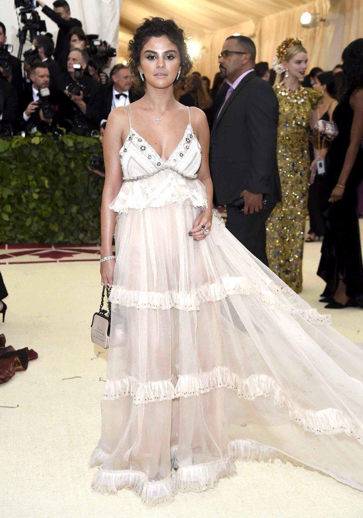 席琳娜出席2018 Met Gala也帶上Tiffany & Co.十字架項鍊。...