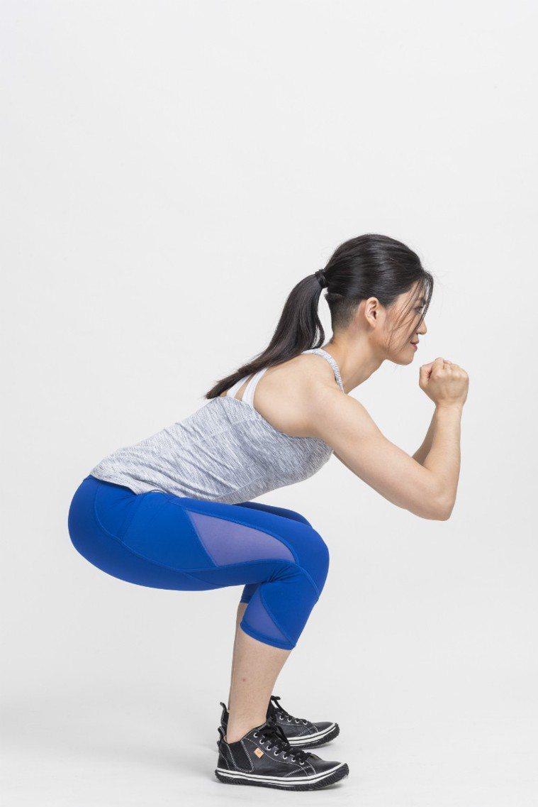 膝蓋不超過腳尖,壓力會變大 圖/摘自《健身從深蹲開始》