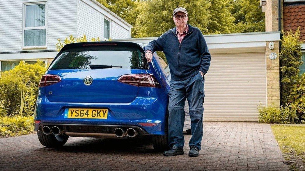 75歲的伯伯站在愛車Golf R 600旁自信的樣子 摘自LivingLifeF...