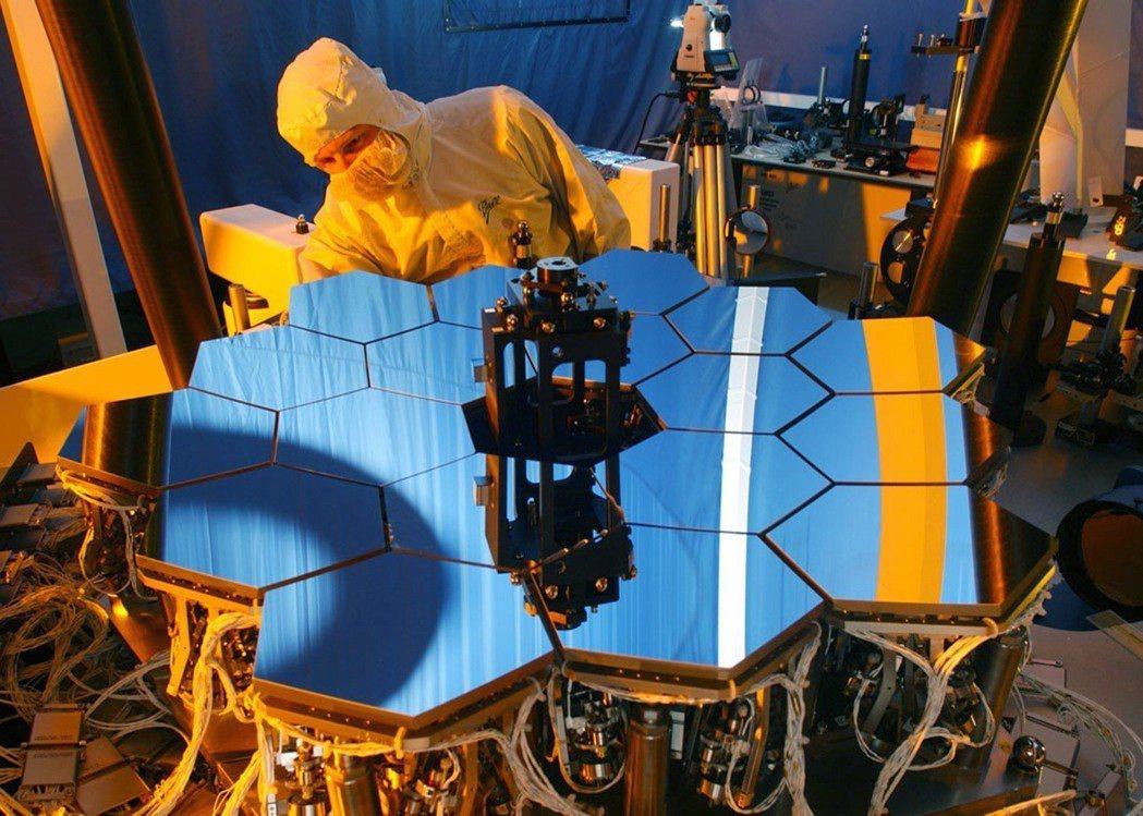 這是韋伯望遠鏡主鏡的六分之一縮小版,技術人員用它測試軟體。 (法新社)