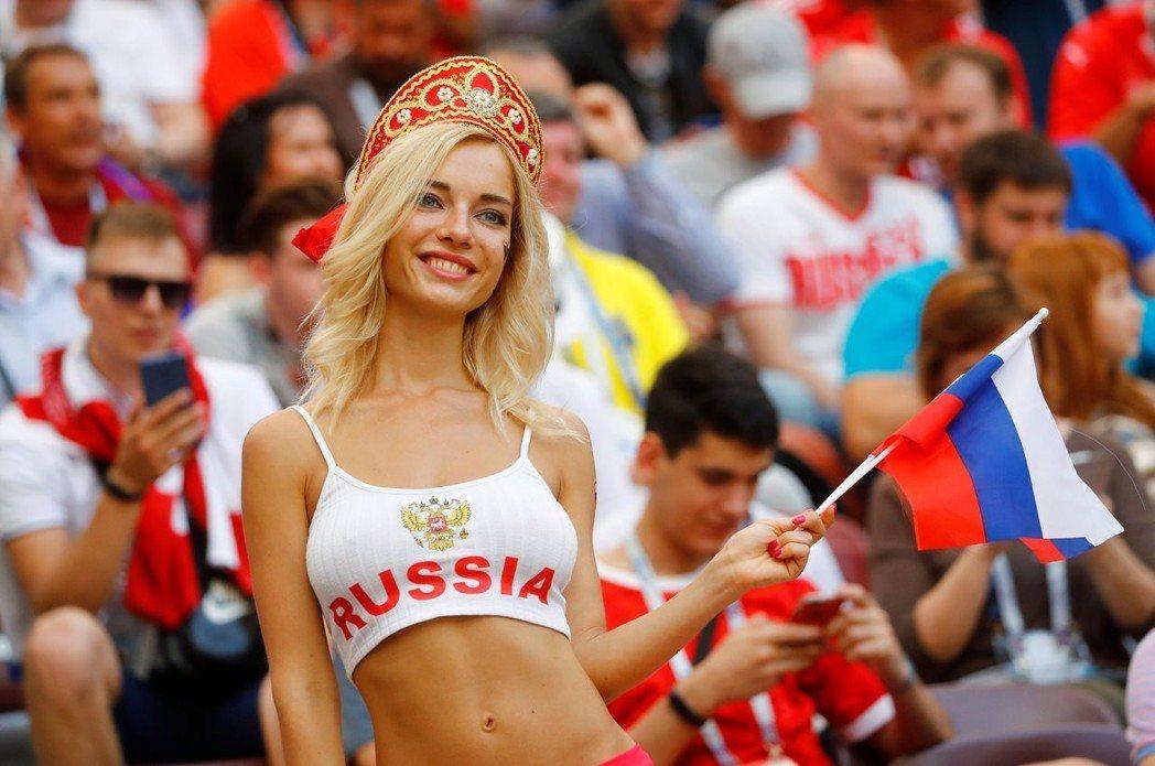 俄羅斯最火辣女球迷,之前均會現身場上 路透