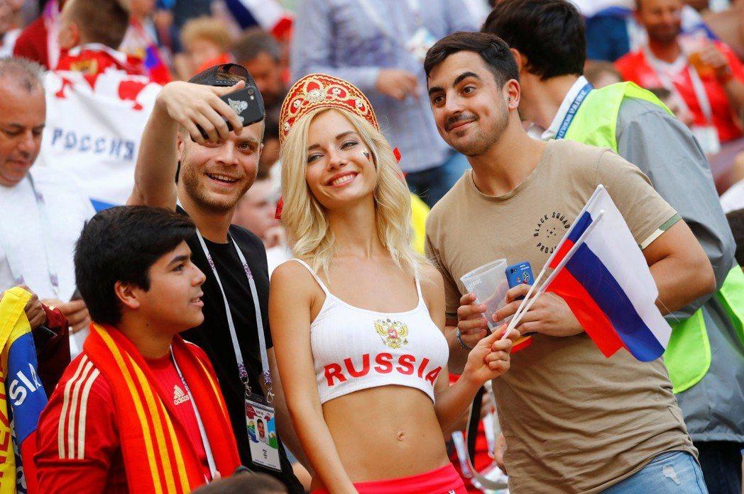 俄羅斯最火辣女球迷,與觀眾合影。 路透