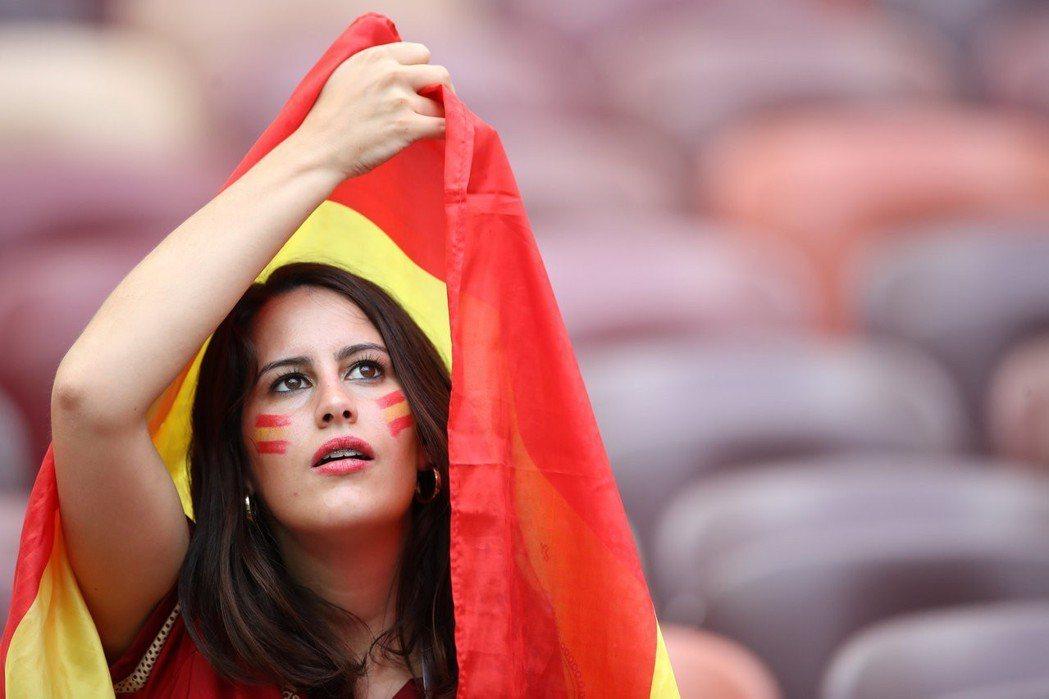 西班牙也有美女球迷。 路透