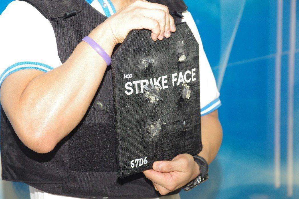 和成製造的防彈板,塞入防彈背心的胸前口袋後,可以阻擋AK-47發射鋼心彈。 記者...