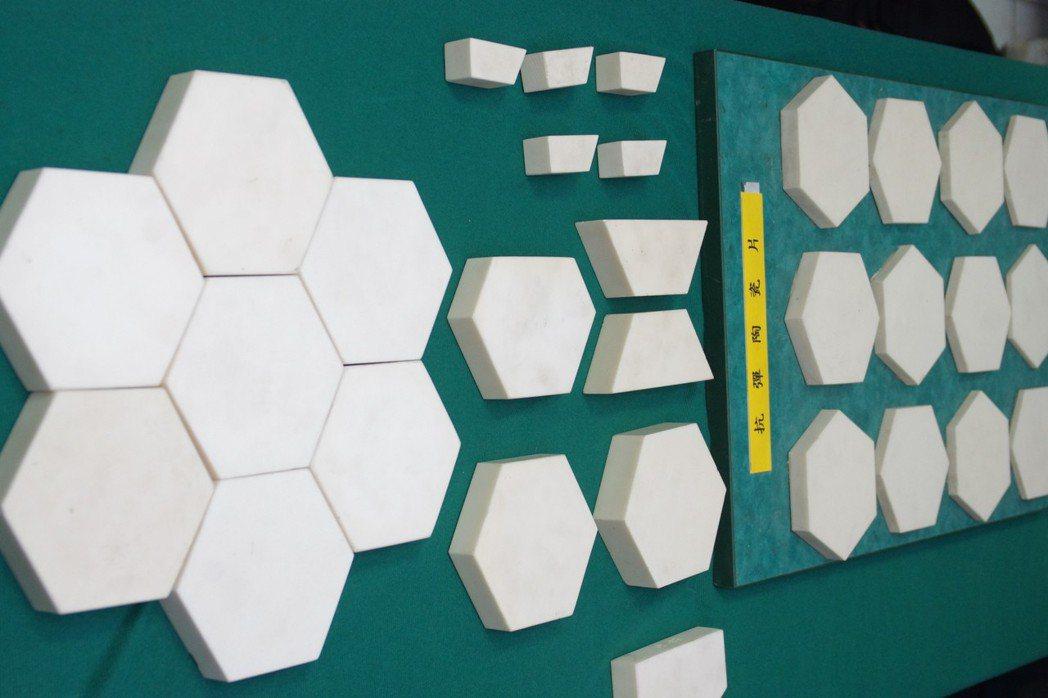 防彈陶瓷燒製成六角型,再拼組成平板,然後外層加上鋼板,成為雲豹裝甲車的裝甲。 記...