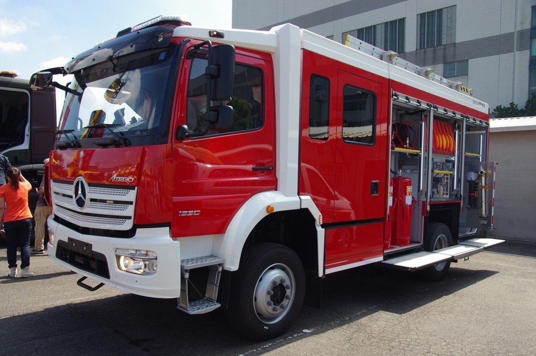 軍方新購的化學消防車,採用賓士底盤,以及金賓引進比利時技術製造的車身。 記者程嘉...