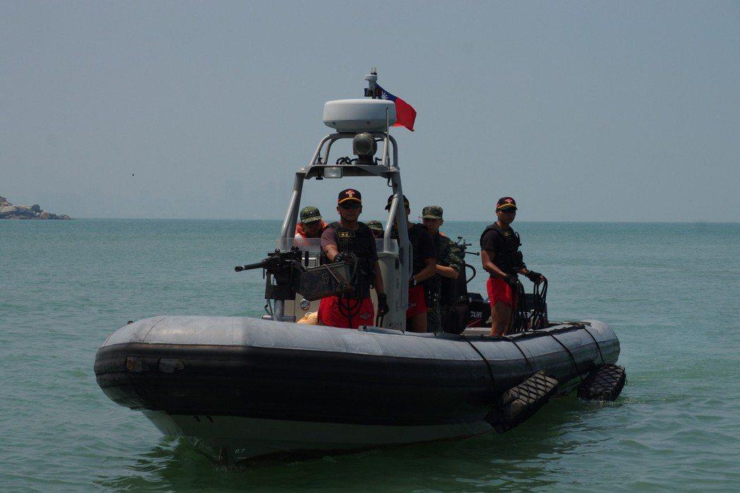 陸軍兩棲突擊營(海龍蛙兵)所使用的成功艇,最快可跑到45節、時速83公里。 記者...