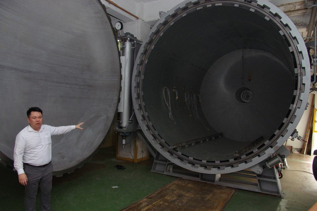 製造碳纖維複合材料的熱壓釜。 記者程嘉文/攝影