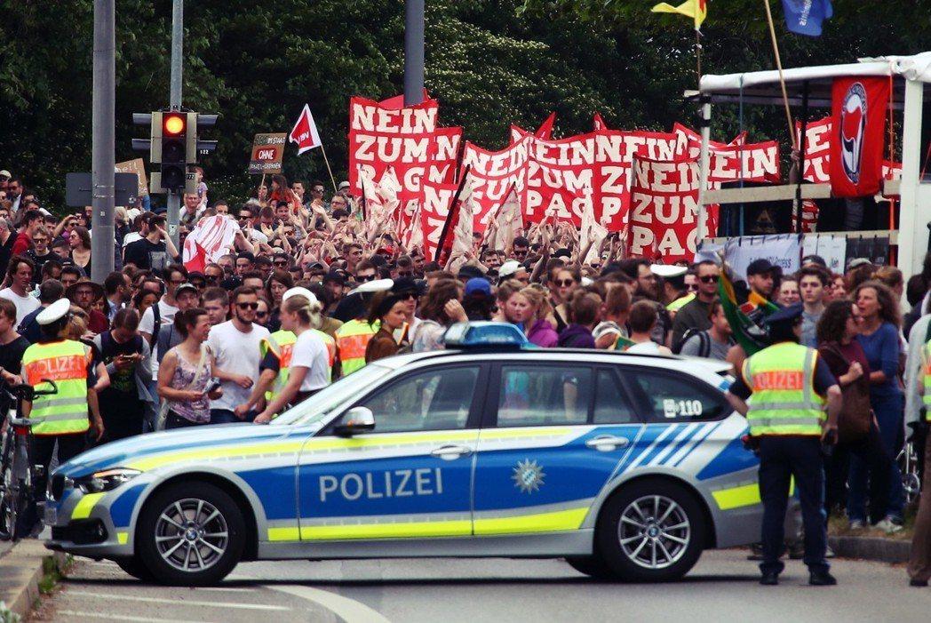 「向新警察法說不!」慕尼黑近年來發生規模最大的示威遊行。 圖/路透社