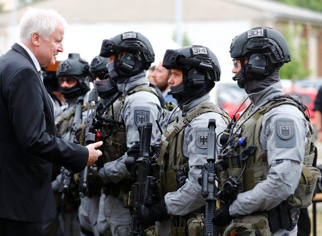 巴伐利亞邦是第一個通過新《警察職權法》的邦。圖為剛剛鬧得滿國風雨的內政部長兼CS...