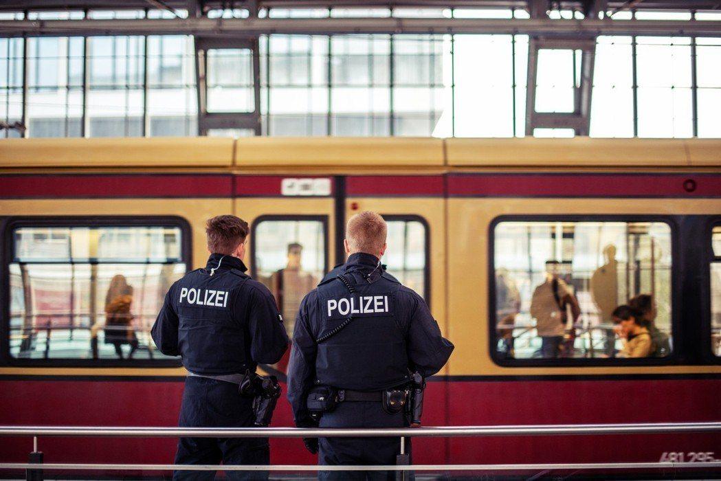警察就在你身邊! 圖/歐新社