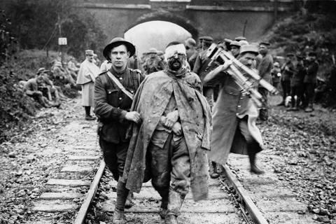 一戰血腥在1918年告終?圖為一戰英軍與德軍俘虜。 圖/National Lib...