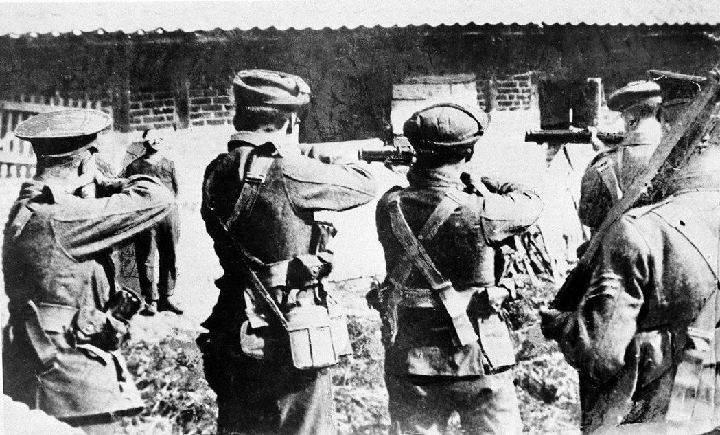 戰爭的本質在一戰後造成歐洲「野蠻化」?圖為一戰英軍處決德國間諜。 圖/Briti...