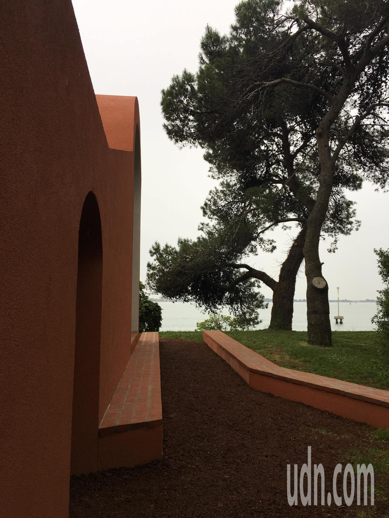 西班牙建築師佛羅拉與普瑞茲(Flores & Prats)的早安教堂旁特別設計一...