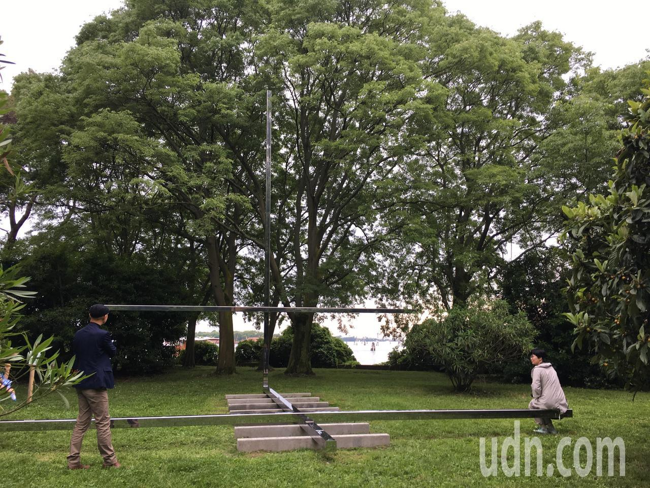 巴西建築師尤薩芭(Carla Juaçaba)設計的雙十字教堂,橫者有如長凳。記...