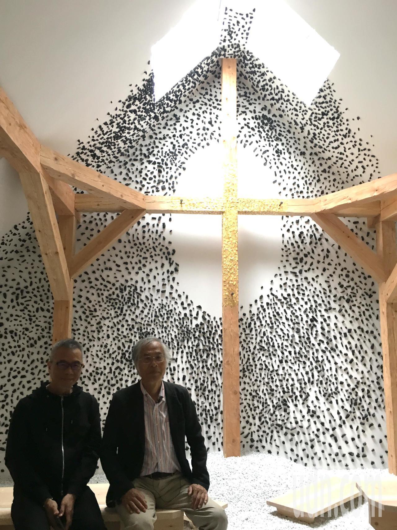 日本建築家藤森照信(右)受梵蒂岡之邀,在威尼斯建築雙年展蓋的小教堂內部。圖左為他...
