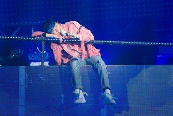 林俊傑在第29屆金曲獎摃龜,立即投入「聖所」的巡迴演唱會,昨晚在大陸廣西演出,他感性提到:「出道到現在,幾乎每段經歷、每種心情都有放進自己的音樂和創作,經過這15年,無論發生什麼事,感謝音樂、感謝大...