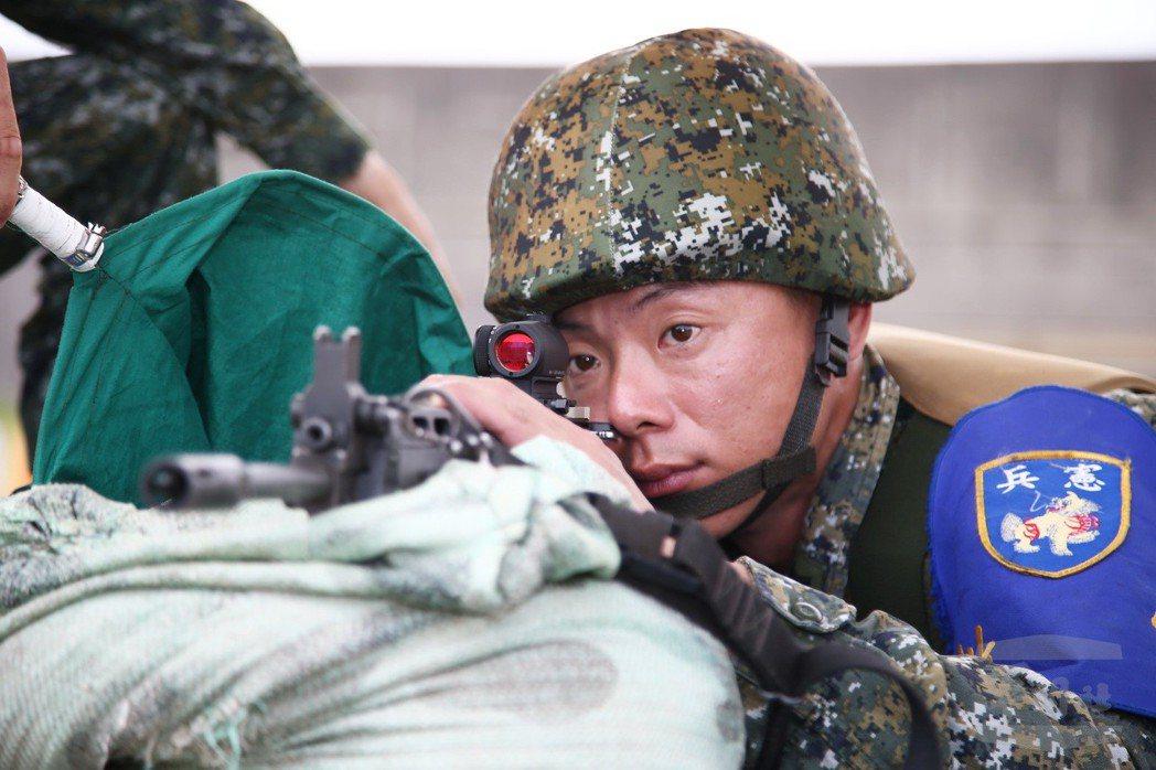 憲兵部隊採用內紅點反射式瞄準鏡,沒有接眼距離的限制,可使射手睜開雙眼瞄準縮短瞄準...