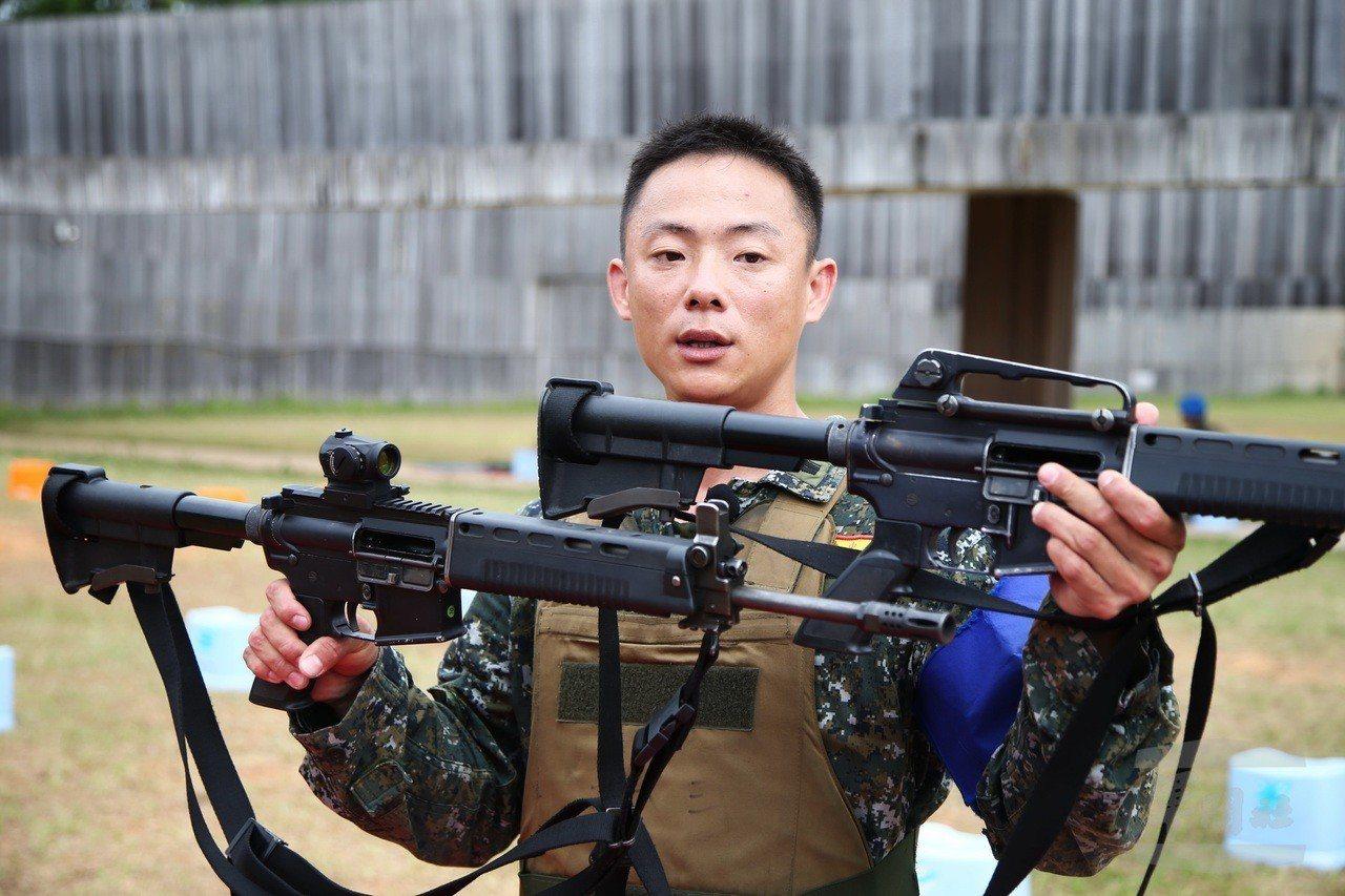 憲訓中心王澤雄士官長說明T91步槍裝置內紅點瞄準鏡,與傳統瞄準方式的差異。圖/軍...