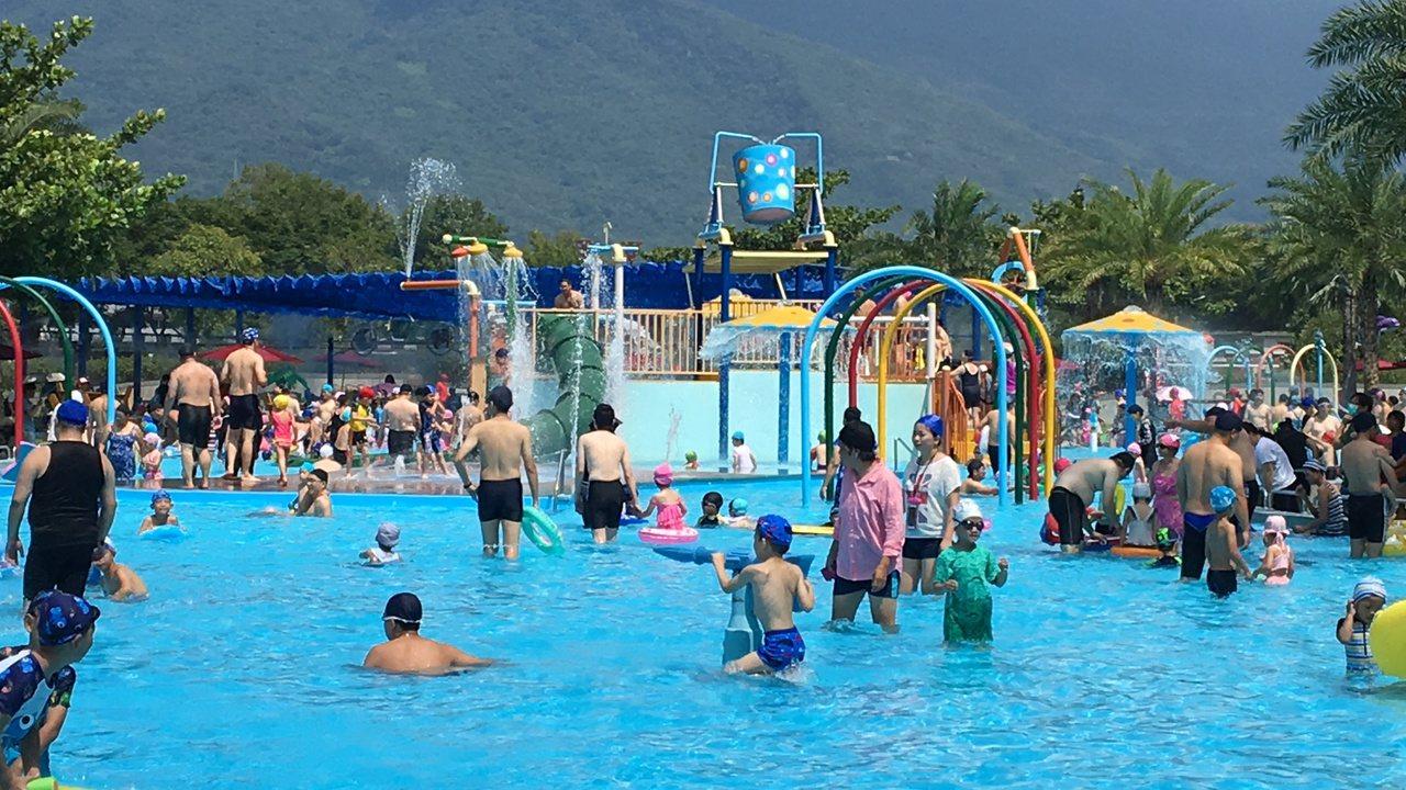 「知卡宣清涼玩一夏」今天正式啟動,吸引大朋友、小朋友來戲水。記者徐庭揚/攝影