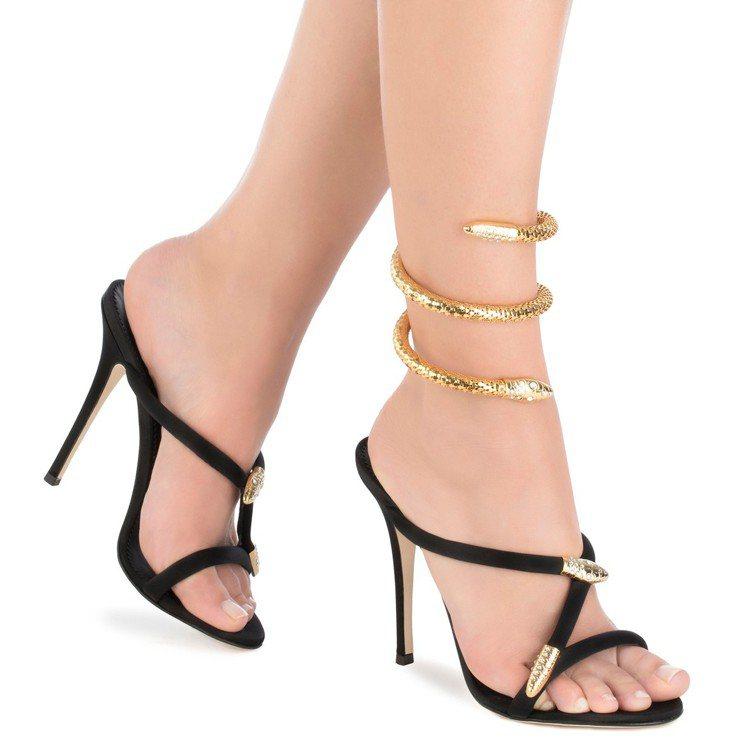 Tiffany同款的Aleesha黑色蛇型細節跟鞋。圖/Giuseppe Zan...