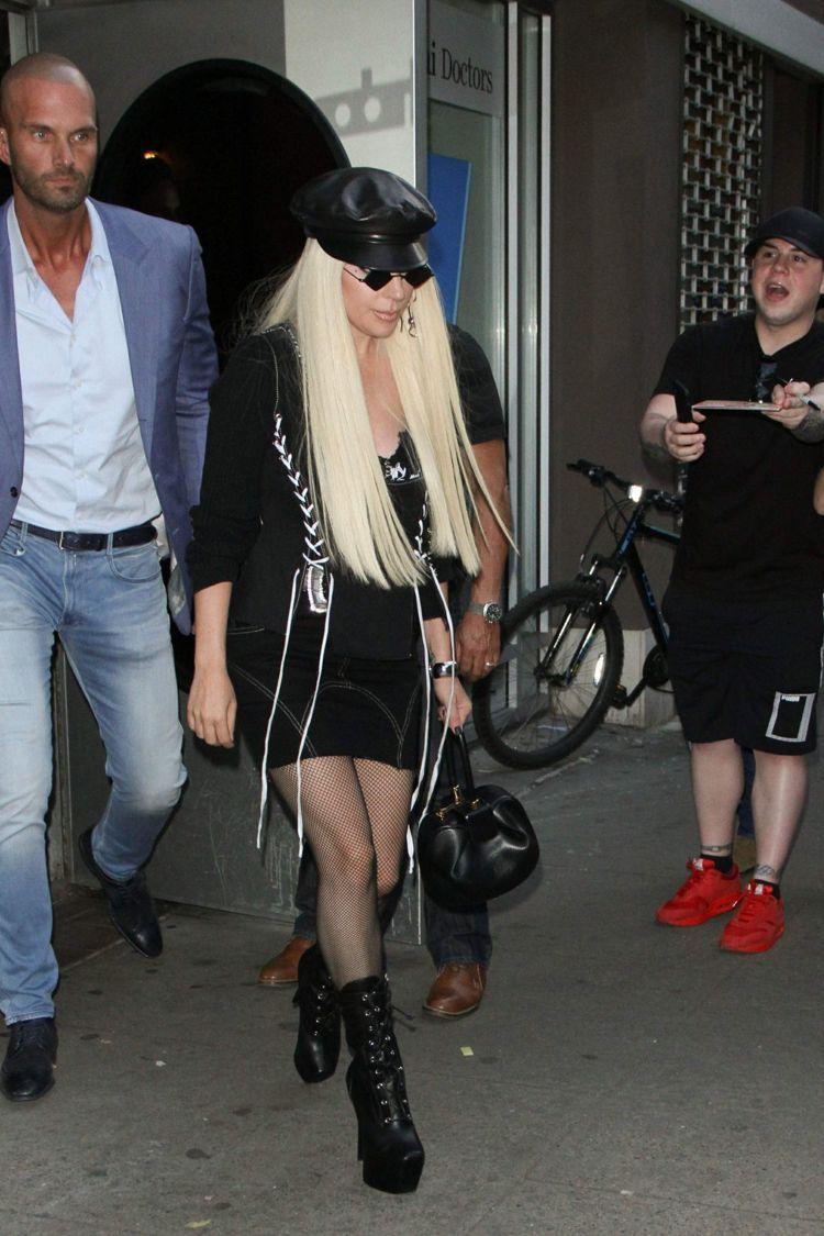 Lady Gaga以緊身裙裝搭配GZD黑色皮革綁帶靴。圖/Giuseppe Za...