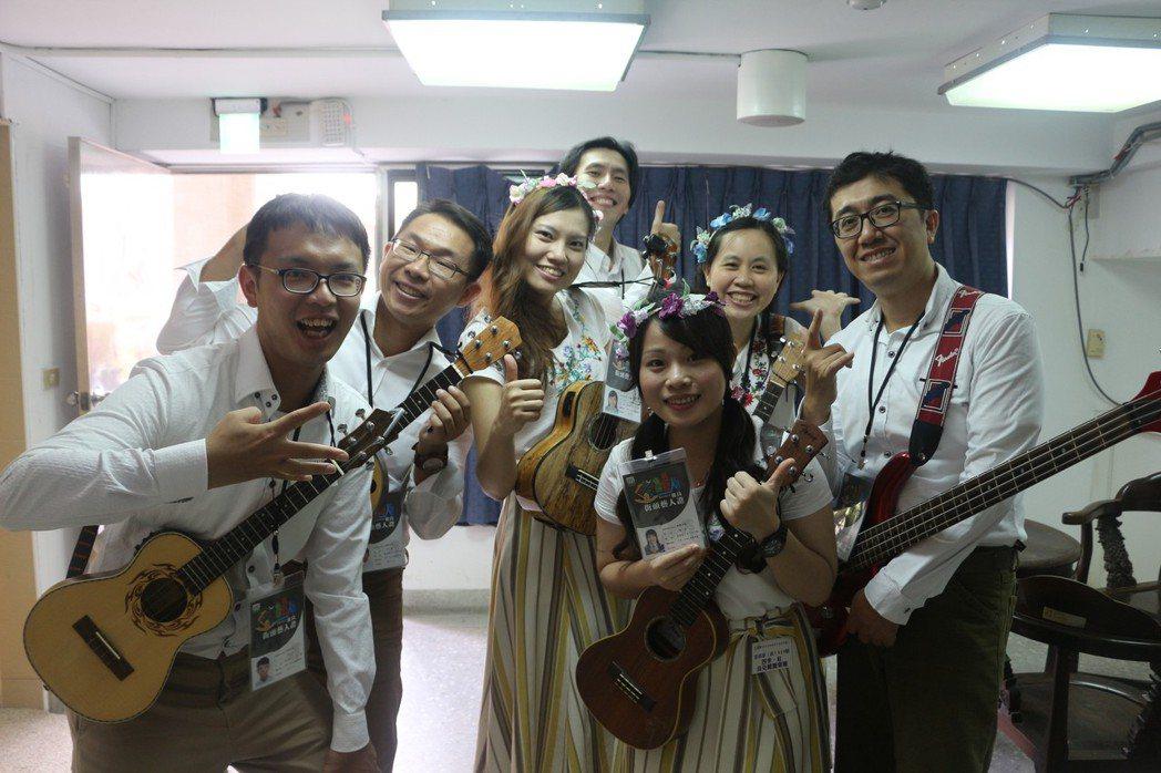 來自嘉義的「四季紅」樂團,平均年齡28歲,成員經由社區大學共同學習烏克麗麗認識,...