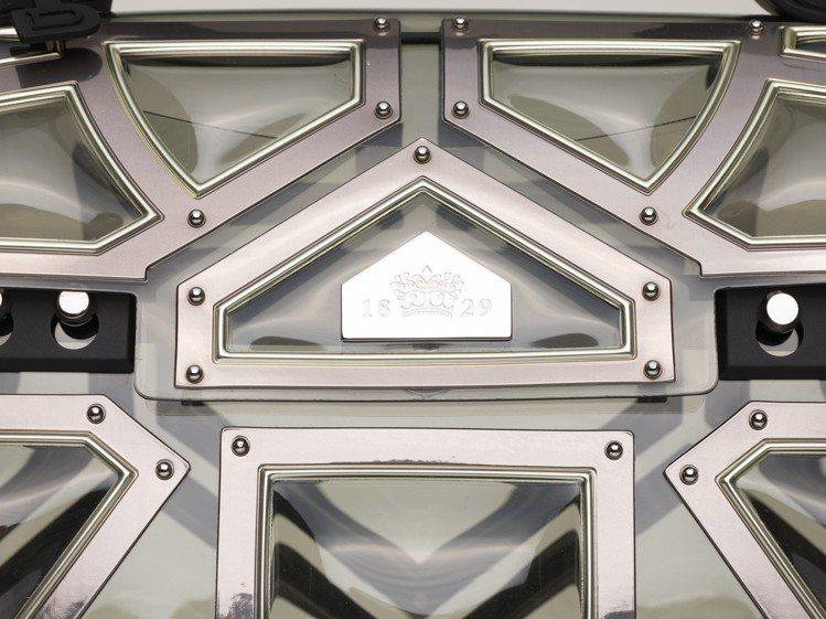 桂冠王者包款展現羅馬角鬥士和戰鬥盔甲紋理的美學設計,售價83,300元。圖/DE...
