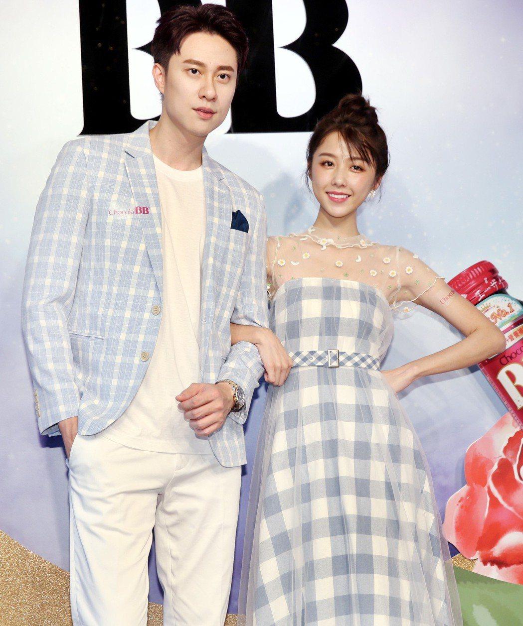 劉書宏(左)與邵雨薇擔任Chocola BB宣傳活動嘉賓。記者侯永全/攝影
