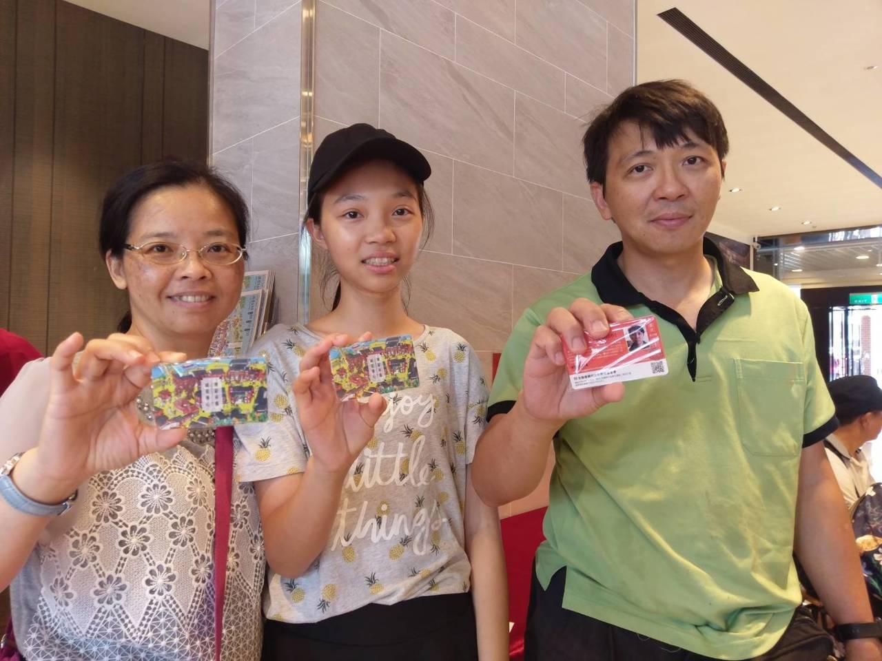 遊客期待已久的「傳藝年卡」開辦了,分成普通年卡、縣民年卡、敬老年卡,不少人是全家...